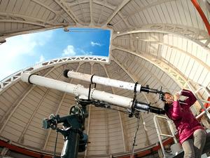 ザートリウス屈折望遠鏡で得られた太陽の黒点の位置を手書きで紙に記録する=京都市山科区