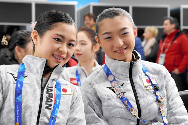 フリーの演技順を決める抽選会で、報道陣に笑顔を見せる宮原知子(左)と坂本花織=白井伸洋撮影