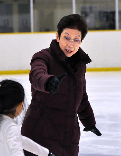 子供たちに基礎練習のコンパルソリーを指導する岡本治子コーチ