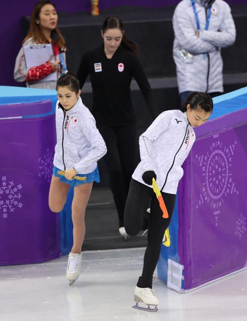 本番リンクに入る宮原知子(左)と坂本花織=遠藤啓生撮影