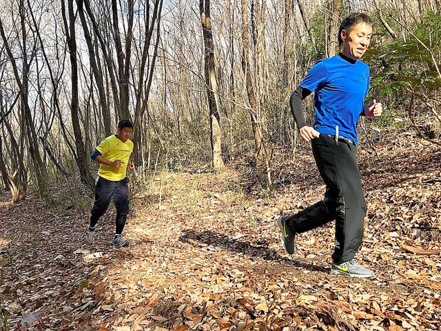 走る練習をする大竹健児さん(右)=大竹さん提供