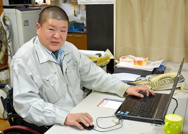 小川俊彦さんの仕事は内勤が主だが、車を運転して営業に出かけることもある=広島県福山市