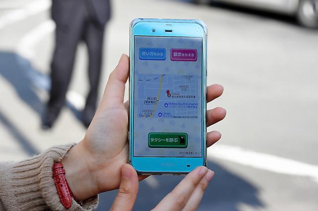 タクシニアのタクシー呼び出し画面。地図で現在地を確認し、みどりの呼び出しボタンで配車してもらえる=20日、熊本市南区十禅寺3丁目