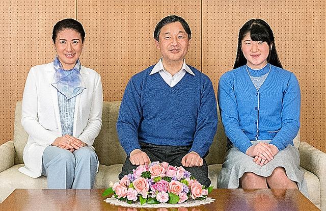 皇太子ご夫妻と愛子さま=12日、東宮御所、宮内庁提供