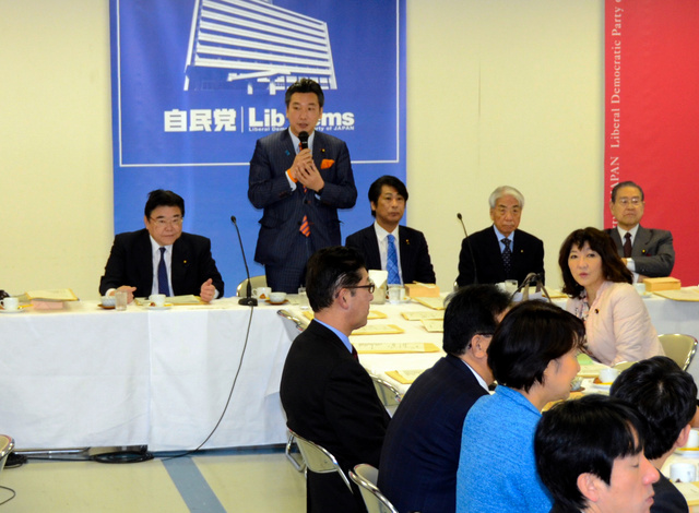 自民党厚生労働部会であいさつする橋本岳部会長=東京・永田町の党本部