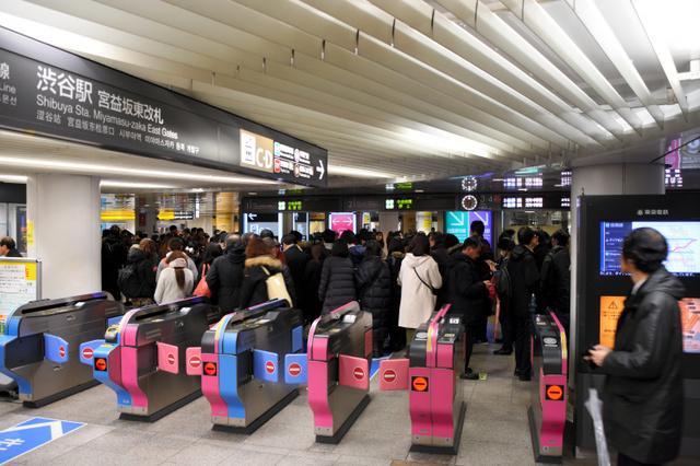 渋谷駅では、東急田園都市線や東京メトロ半蔵門線のホームへの入場規制が行われ、帰宅を急ぐ人たちでごった返した=1月22日午後6時11分、東京・渋谷、三浦淳撮影