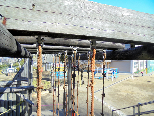 事故が起きたアスレチック遊具。梁(はり)からボルトが外れ、ロープが落ちた=横須賀市教委提供