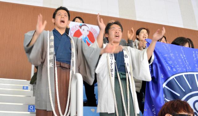 宮原知子の演技前、「みやはら!」と大きな声援をおくる関大応援団=韓国・江陵