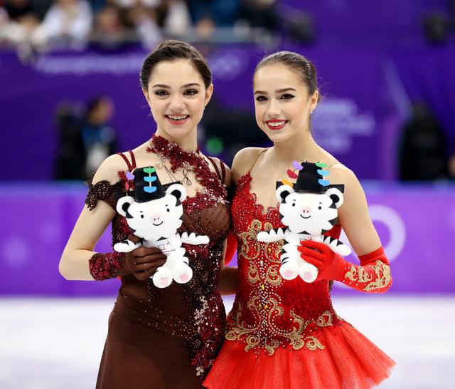 フィギュア女子で金メダルのアリーナ・ザギトワ(右)と銀のエフゲニア・メドベージェワ=23日、江陵アイスアリーナ、遠藤啓生撮影