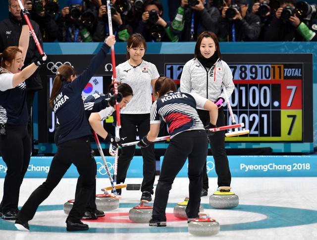 準決勝延長第11エンド、韓国の最後のショットで負けが決まり、ストーンを見つめる藤沢(右端)と吉田知(左隣)=北村玲奈撮影