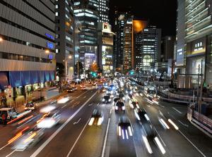 人と車が行きかう雑踏のなかで、妻は被害を打ち明けた=大阪市北区梅田