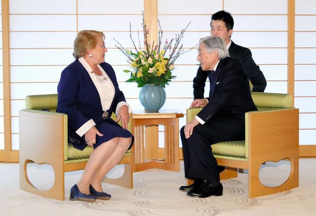 チリのバチェレ大統領(左)と会見する天皇陛下=26日午前10時22分、皇居・御所、代表撮影