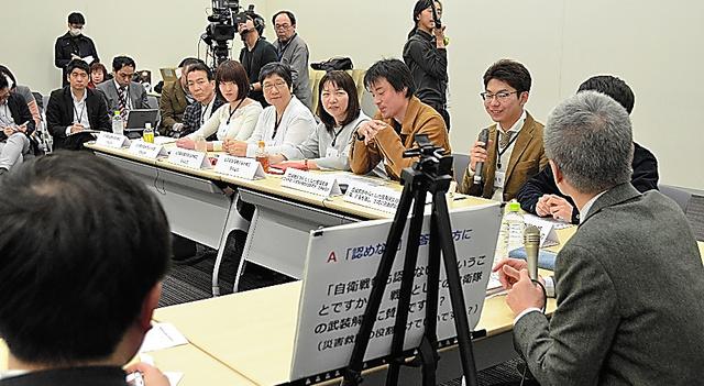 市民団体「〈9条3択・国民投票〉の実現をめざす会」が主催した模擬国民投票で、議論を交わす参加者たち=15日、東京・永田町、石川智也撮影