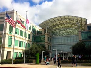 アップル本社=米カリフォルニア州クパティーノ、宮地ゆう撮影