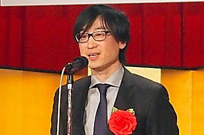 読売文学賞の贈呈式であいさつする東山彰良さん