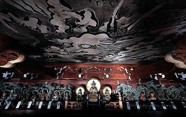 金戒光明寺の山門内部。釈迦三尊や十六羅漢がならび、天井には「蟠龍図」がある=京都市左京区、佐藤慈子撮影