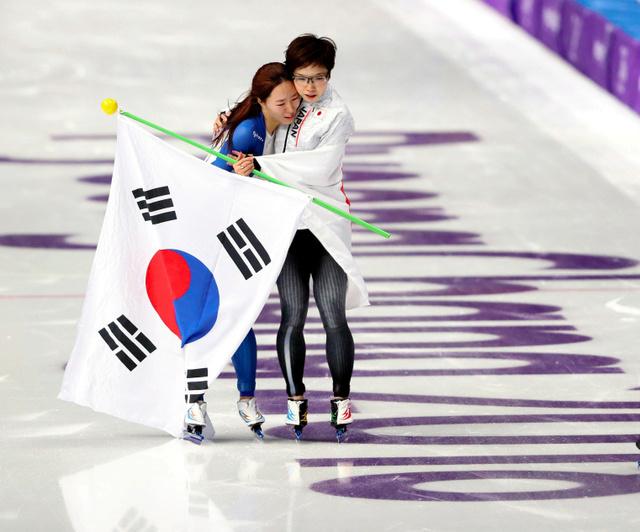 平昌五輪のスピードスケート女子500メートルを制した小平奈緒(右)は2位の李相花と抱き合った=2月18日、江陵オーバル、細川卓撮影