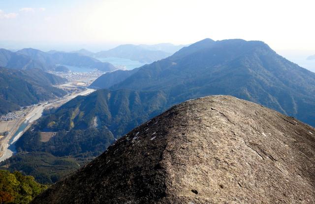 便石山の「象の背」から見た天狗倉山と熊野灘。オチョボ岩は天狗倉山の向こう、海側にある