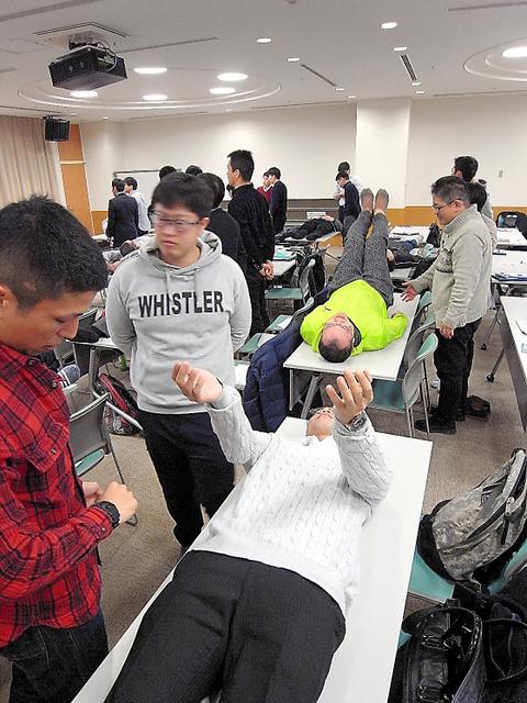 脳梗塞(こうそく)かどうかの評価方法を学ぶ県内の救急隊員=さいたま市西区のさいたま市民医療センター