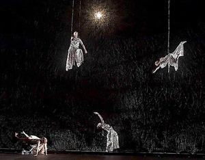 オペラ「松風」から。右上が松風役のイルゼ・エーレンス、左上が村雨役のシャルロッテ・ヘッレカント=鹿摩隆司氏撮影、新国立劇場提供
