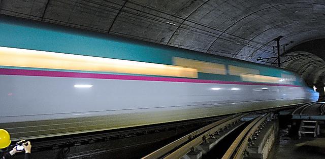 時速約140キロで通過する北海道新幹線=6日午後、青函トンネル、阿部浩明撮影