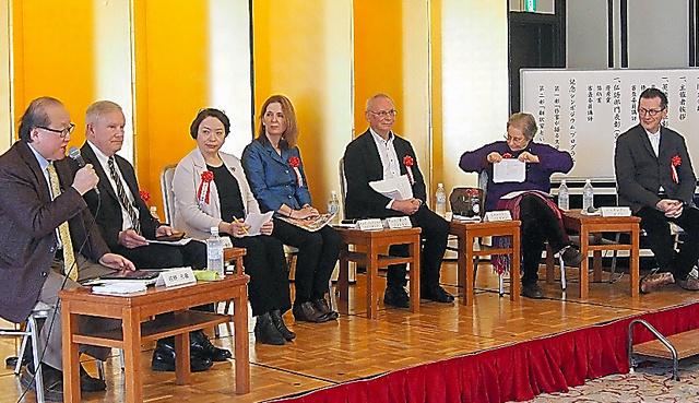 第2部に参加した翻訳家ら。沼野充義さん(左端)が司会をした
