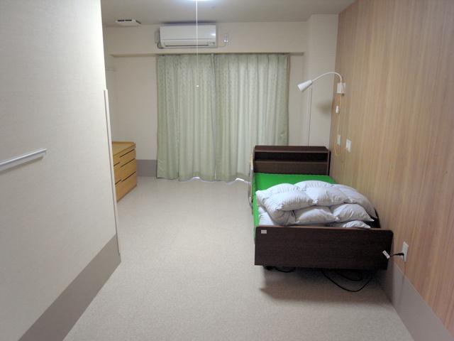新築から3年、一度も使われていない特別養護老人ホームの部屋。入居待機者はいるが職員不足で受け入れられない