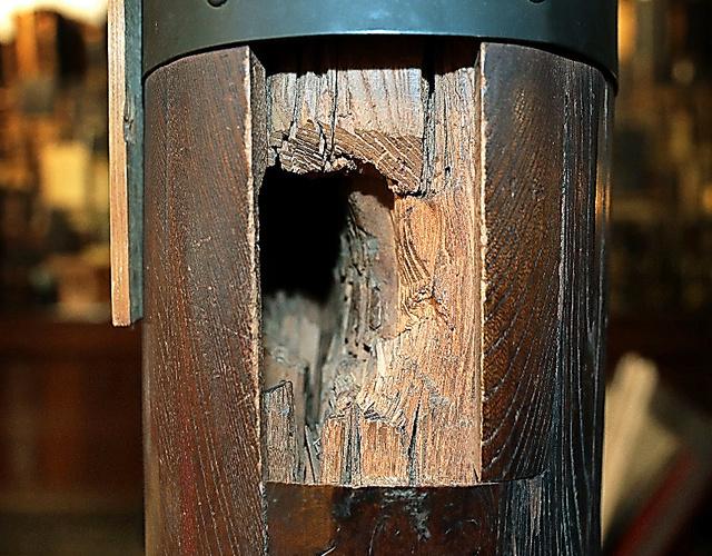鳥羽伏見の戦いで砲弾が貫通した本堂の柱
