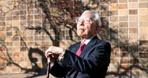 社会福祉法人浴風会の中庭で、日差しを浴びる長谷川和夫さん=東京都杉並区、池永牧子撮影