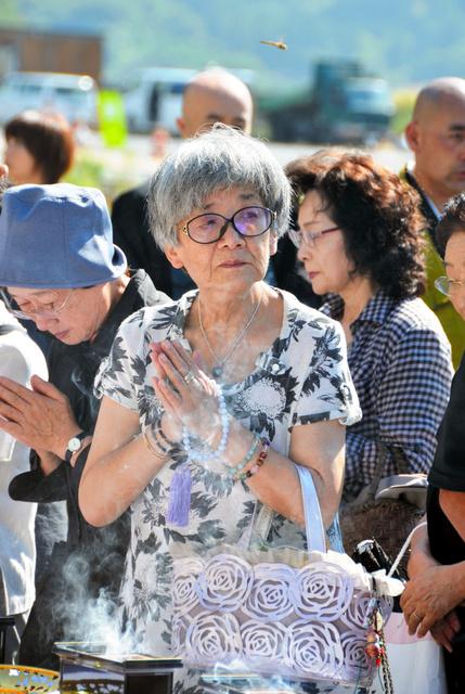 震災1年半の日。上野ヒデさんは初めて娘を失った旧役場庁舎前に来た=2012年9月、大槌町旧役場庁舎前