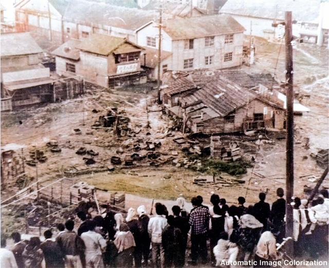 津波 女川一中登り口へ避難し津波を見つめる人々=1960年5月24日、女川町提供