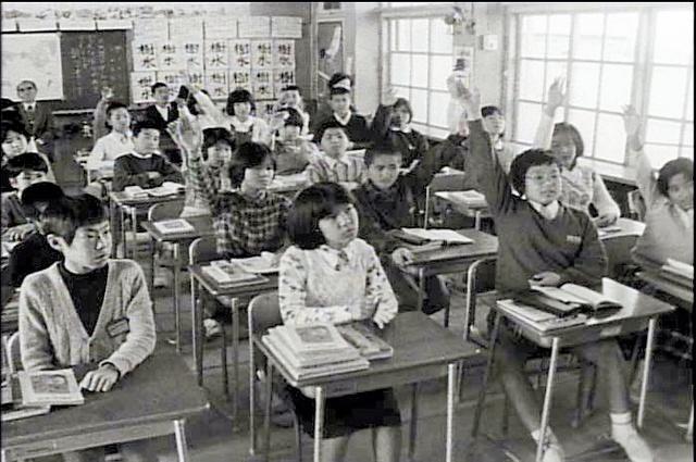 映画から。「開国」をテーマにした林竹二氏の授業で手を挙げる小学6年生ら(1978年2月、那覇市の久茂地小学校、グループ現代提供)