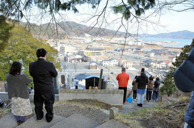 町の様子も変わり、地震の起きた午後2時46分を、墓地で迎える人も増えた=11日、岩手県大槌町の江岸寺墓地