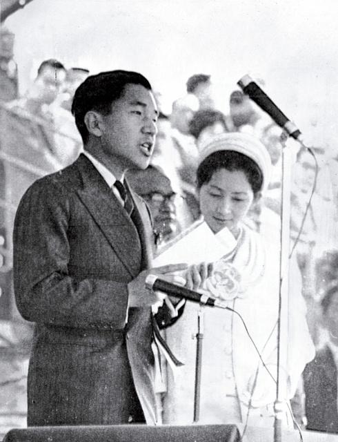 東京パラリンピックの開会式であいさつする皇太子ご夫妻時代の天皇、皇后両陛下=1964年11月