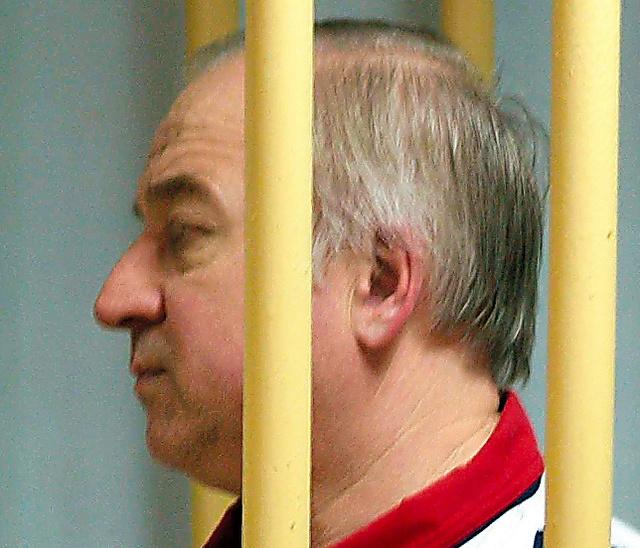 モスクワの軍事裁判所で2006年8月、聴取を待つスクリパリ氏