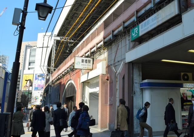 大屋根が拡張された烏森改札口付近。通路への出入り口には白い工事用シートも=東京都港区