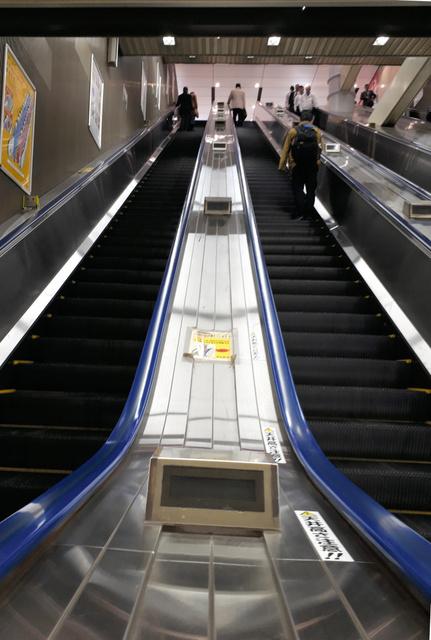 横須賀線のある地下深くへ向かう長いエスカレーターは上りも下りも1分近い=東京都千代田区