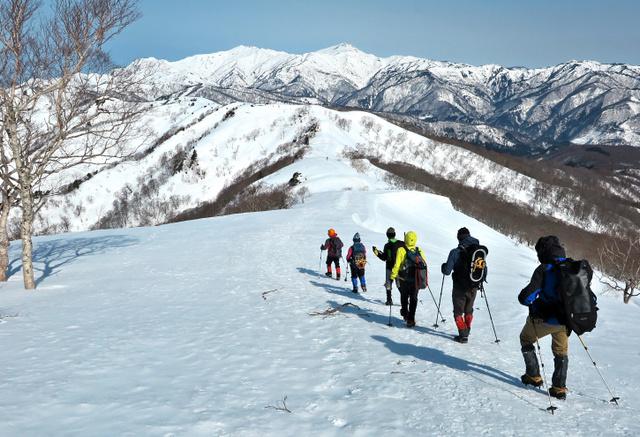 大日ケ岳から白山を見る。手前の尾根は天狗山に続く縦走路=鈴木慎吾さん撮影