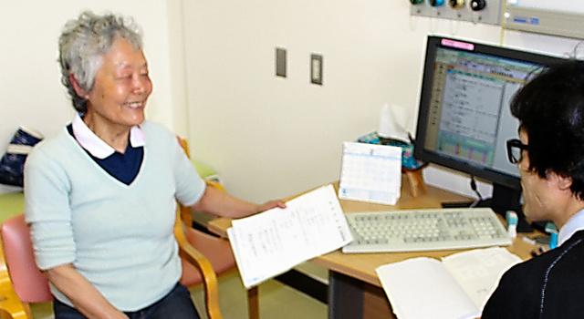 勝俣範之さんの診察を受ける鈴木千恵子さん(左)=川崎市の日本医科大武蔵小杉病院