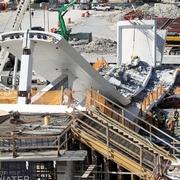 米、建設中の歩道橋崩落 車8台巻き込まれ、4人死亡