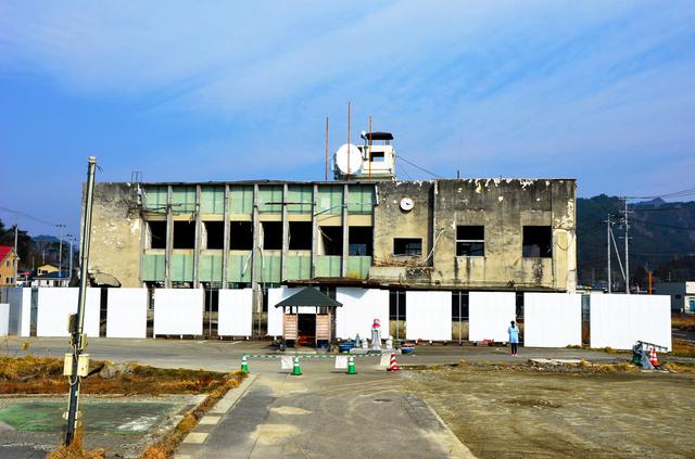 解体が決まった大槌町旧役場庁舎=15日、大槌町