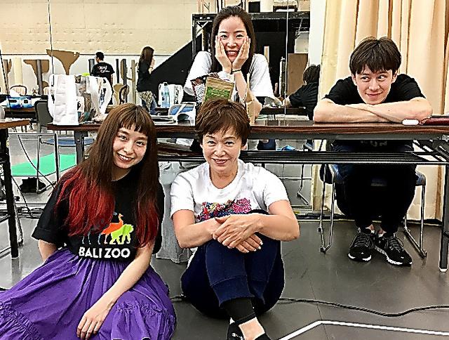 共演の(左から)トミタ栞ちゃん、蓮佛美沙子さん、ウエンツ瑛士さんと。お稽古の毎日です