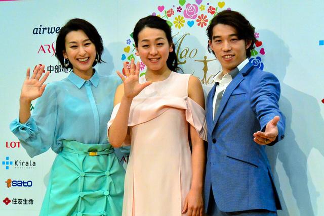 アイスショーの記者会見に臨んだ(左から)浅田舞さん、真央さん、無良崇人