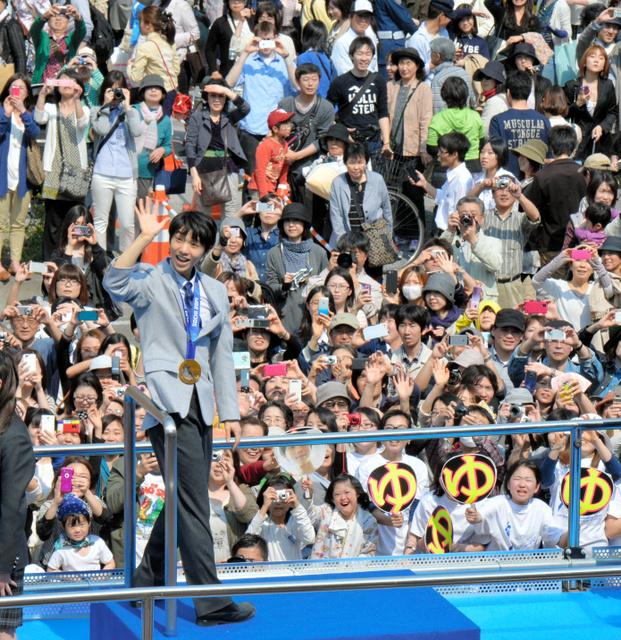 パレードで声援に応え、手を振る羽生結弦選手=2014年4月26日午後、仙台市青葉区
