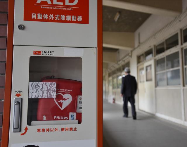 中学校の玄関に設置されたAED。授業中に校庭で倒れた生徒の救命につながった=大阪府