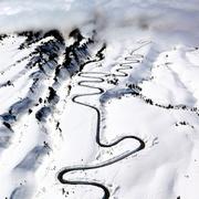 真っ白な山肌に一筋の道路 立山黒部アルペンルート