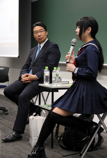 学び直せる場の大切さを語る鳥居さん(右)と前文部科学事務次官の前川喜平さん=専修大