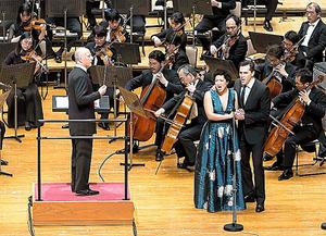 パーヴォ・ヤルヴィ指揮NHK交響楽団「ウエスト・サイド・ストーリー」。マリア役のジュリア・ブロックとトニー役のライアン・シルヴァーマン=池上直哉氏撮影