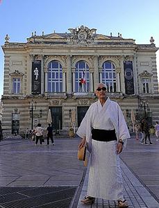 フランス・モンペリエの劇場前に立つ麿赤兒さん。2013年