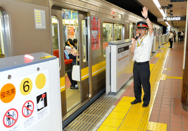 名古屋弁の案内放送が登場する名古屋市営地下鉄=名古屋市中川区